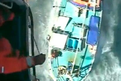 Quería salvar a un tiburón pero tuvieron que salvarlo a él en helicóptero