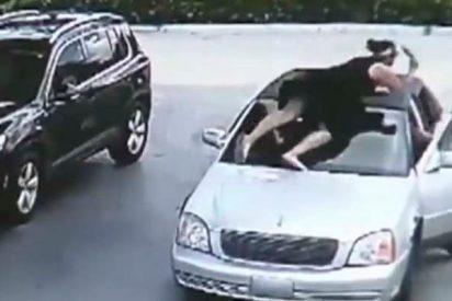 La valiente que salta sobre el coche del ratero que le roba el bolso