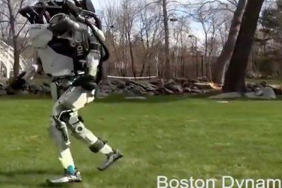 Este robot es 'capaz de perseguir a los humanos' al trote por un parque