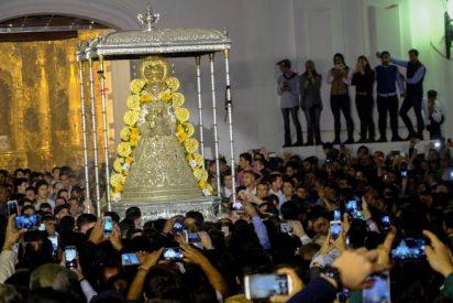 Miles de almonteños 'saltan la reja' y procesionan con la Virgen del Rocío