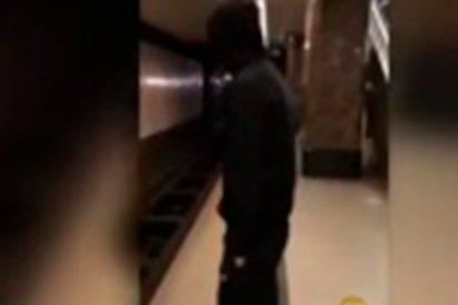 ¡Terrible!: Este joven salta a las vías del metro para ganar seguidores en Instagram