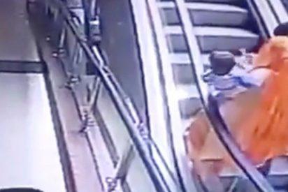 Esta mujer deja caer a su bebé en una escalera mecánica mientras se hacía un selfi