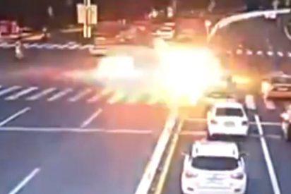 El conductor acelera en el semáfóro y su coche... explota