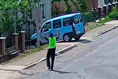 """¡Sorprendente! Un coche en marcha sin conductor """"aparca"""" en el patio de una casa"""