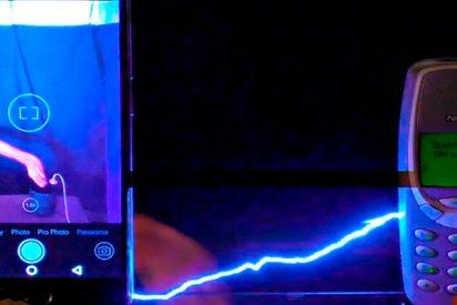 ¿Cuál de estos dos móviles: Smartphone vs Nokia, crees que aguantará una descarga de un millón de volts?