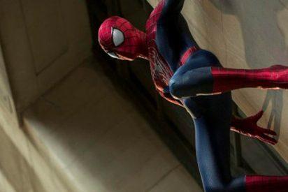 Dos impresionantes 'hombres araña' trepan cuatro pisos para salvar a un niño