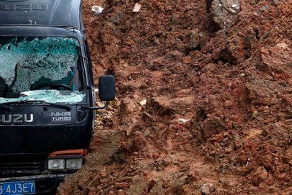 Así se abre la tierra y se traga a los coches en China