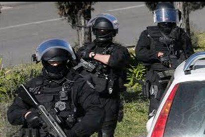 Unos enmascarados abren fuego con fusiles AК-47 en Francia