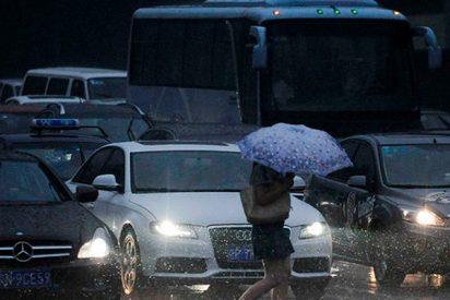 El policía que regula el tráfico descalzo bajo un aguacero en China