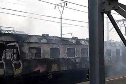 Este tren entra en llamas a la estación causando el pánico