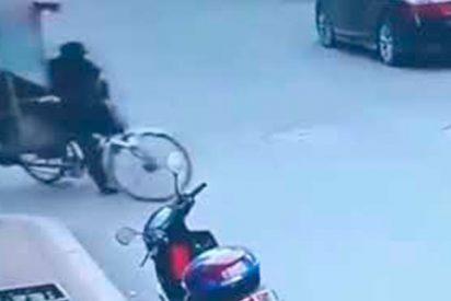 Conductor lucha contra este triciclo descontrolado