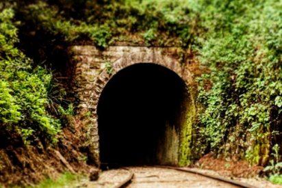 ¡Imágenes muy sensibles!: El dramático instante en que dos ciclistas evitan ser arrollados por un tren en un túnel