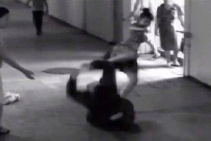 El matón quita el móvil a la chica y se lleva una patada en las pelotas que queda turulato