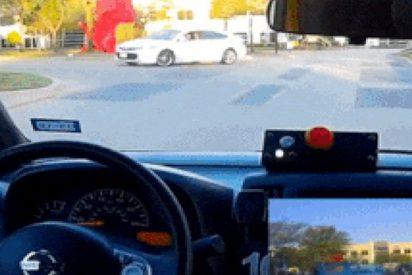 Un vehículo autónomo pasea por la ciudad sin nadie al volante