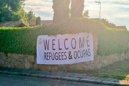 'Welcome Refugees': Aparece un cartel tremendo en el chalet de Iglesias y Montero