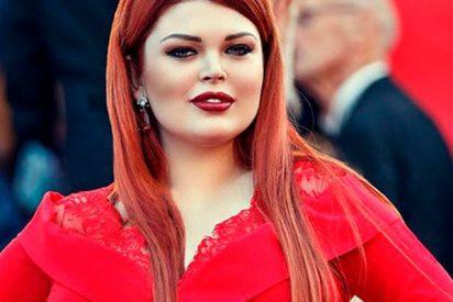 El momento en el que a esta modelo se le cae la falda en plena alfombra roja de Cannes