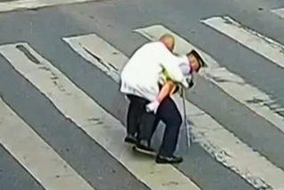 Este policía chino carga a caballito al anciano para ayudarle a cruzar la avenida
