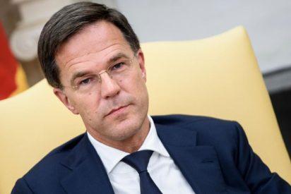 Cuando Mark Rutte, 'premier' holandés, volcó su café en el Parlamento y cogió una escoba