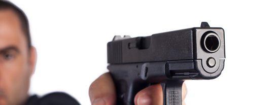 La cara de la muerte: Se salva porque se atasca el arma del asesino y él ni se da cuenta