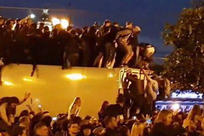 Así se derrumba el techo de este camión al que subió el público de un festival