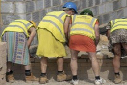 Albañiles británicos se visten con ropa de mujer para protestar por la prohibición de llevar pantalón corto