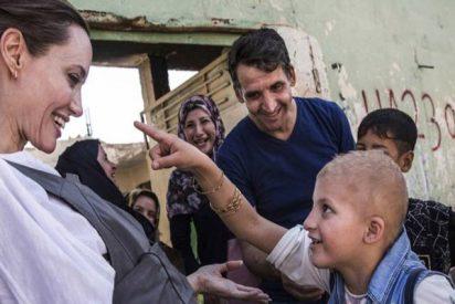 Así fue la visita de Angelina Jolie a la mezquita en ruinas de Mosul