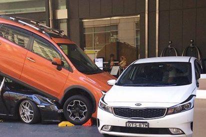 Este aparcacoches intenta estacionar un Porshe y termina debajo de un todoterreno