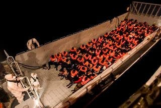 Pedro Sánchez ofrece el puerto de Valencia para que atraque el Aquarius, con 600 'sin papeles' a bordo