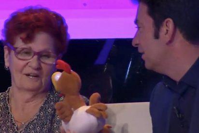 Esta señora deja con el culo al aire al bueno de Arturo Valls en 'Ahora Caigo'