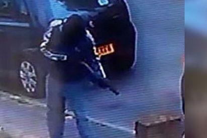 Cámara de seguridad fotografía a este asesino enmascarado disparando a un hombre en plena calle