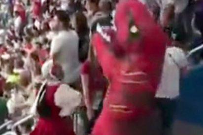 Este hombre disfrazado de mujer ataca a un 'dinosaurio' durante un partido del Mundial