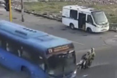 Este autobús aplasta a dos ladronzuelos que huían en moto de la Policía