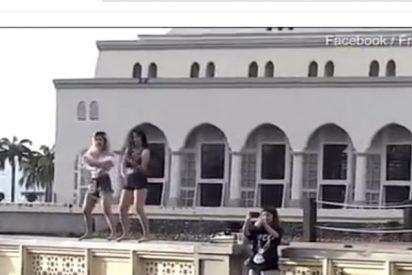 Estas dos chicas bailan en 'shorts' frente a una mezquita de Malasia