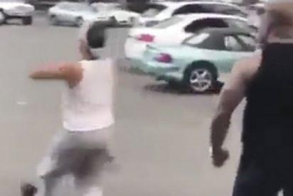 Este tipo se libra de una paliza gracias a su particular bailecito