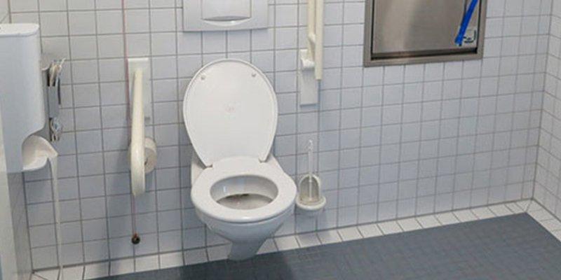 Estos son los mayores peligros que te acechan al entrar a un baño público