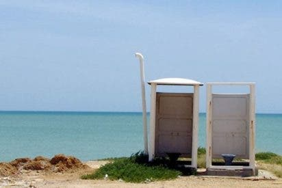 Una fuerte ráfaga de viento hace volar por los aires estos dos baños portátiles