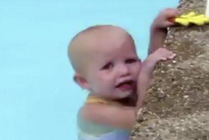 La increíble bebé que nada toda la piscina