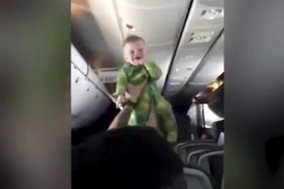 El bebé del avión que lo peta en las redes...