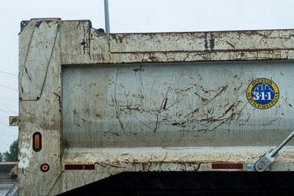 Camión pierde la caja al pasar por debajo de un puente en Australia