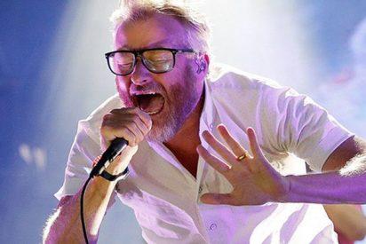 Este cantante estadounidense se asusta de forma exagerada durante un concierto