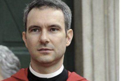 Este ex diplomático y sacerdote del Vaticano, es acusado de pornografía infantil