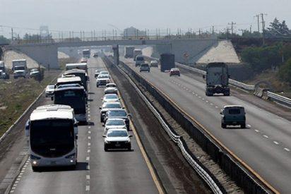 """Este coche choca contra un """"escritorio salvaje"""" que aparece de la nada en media autopista"""
