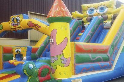 Violenta ráfaga de viento tumba un castillo inflable con niños dentro