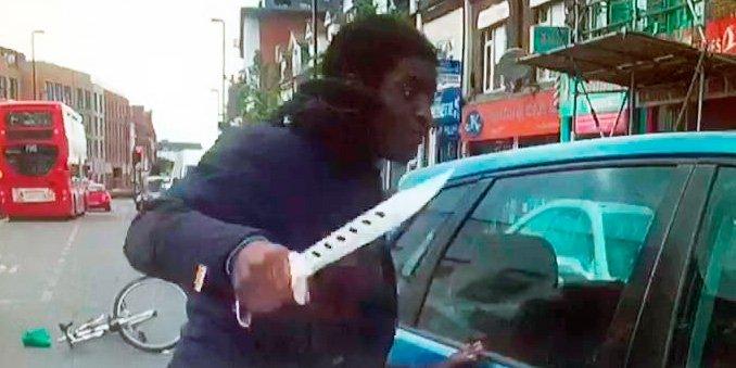 Ciclista enloquecido ataca con furia a un conductor que le rozó con su coche