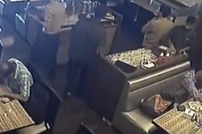 Así explota un móvil en el bolsillo del comensal en un restaurante durante el almuerzo