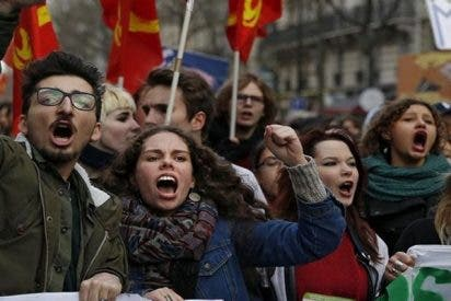 Centenares de franceses cabreados protestan en París por las duras reformas de Macron