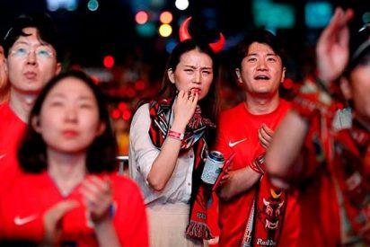 La selección de Corea del Sur es recibida a huevazos al llegar a Seul