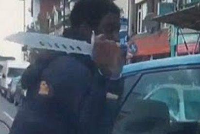 Este ciclista con un enorme 'cuchillo zombi' agrede así a un conductor en Londres
