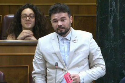 El traje que le han hecho a Rufián por amenazar a Sánchez con un modelito 'marca paquete'