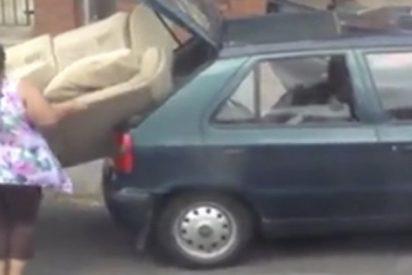 Esta familia trata de encajar un sofá enorme en un pequeño sedán